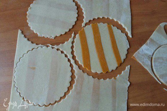 Берем один пласт, остальные пласты накрыть полотенцем, чтобы не заветривалось тесто. Вырезать кружочки диаметром 10 см.