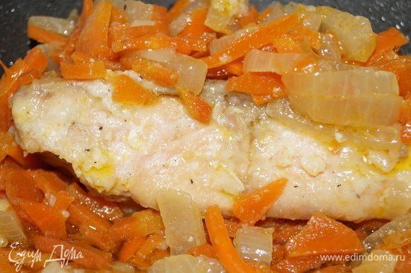 Рыбу можно подать с картофельным пюре или просто с овощами.