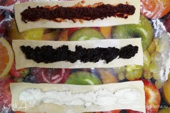 Остальную часть теста раскатываем и делим на 3 полосы. Посередине каждой полосы выкладываем начинку.