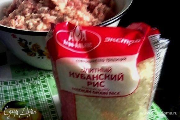 Рис тщательно промыть. Рис можно брать абсолютно любой, у меня круглозерный. В полученный фарш добавить мелко нарезанную зелень, рис, соль и перец.
