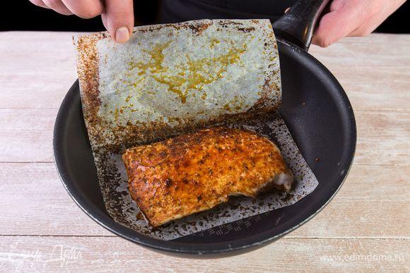 Немного разогрейте сковороду и обжарьте куриное филе в листе для жарки по 5–7 минут с каждой стороны. Масло добавлять не нужно.