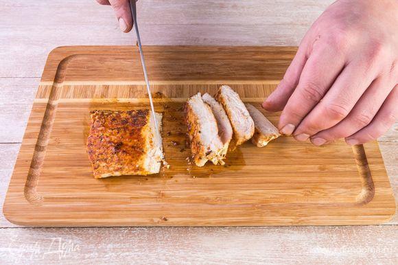 Дайте куриной грудке остыть и нарежьте слайсами.