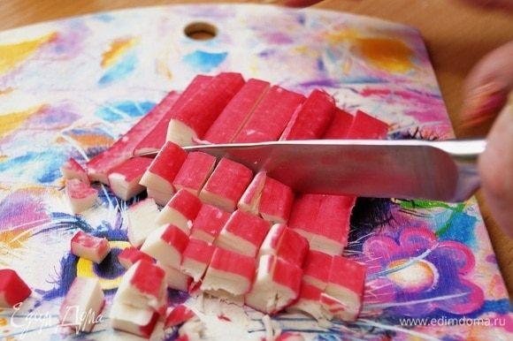 Нарезаем крабовые палочки.