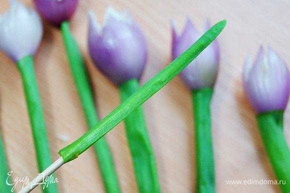 То же самое проделываем с верхушками зеленого лука. Это будут наши листики.