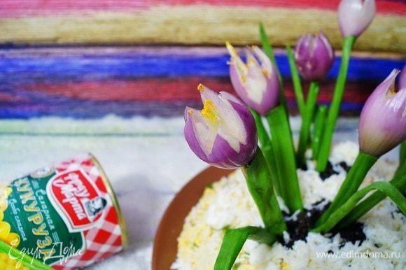 Втыкаем наши цветочки и листочки в проталины на ваше усмотрение. Берем зубочистку и немного приправы карри. Смачиваем слегка зубочистку водой, окунаем в карри и наносим пыльцу внутрь наших бутонов. Салатик готов! Весеннего вам настроения и приятного аппетита!