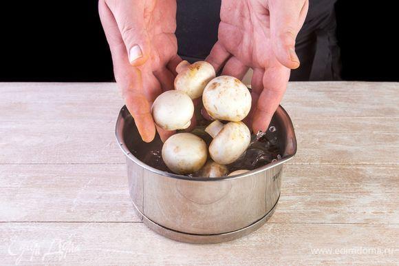 Высыпьте в кастрюлю грибы, доведите до кипения, варите 10–12 минут, откиньте на дуршлаг.