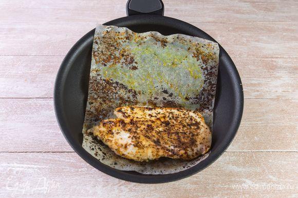 Немного разогрейте сковороду и обжарьте филе в листе для жарки по 5–7 минут с каждой стороны. Масло добавлять не нужно.