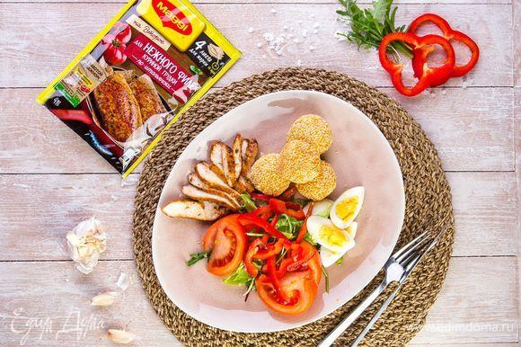 Поливаем салат с куриной грудкой и сырными шариками заправкой и сразу же подаем к столу. Приятного аппетита!