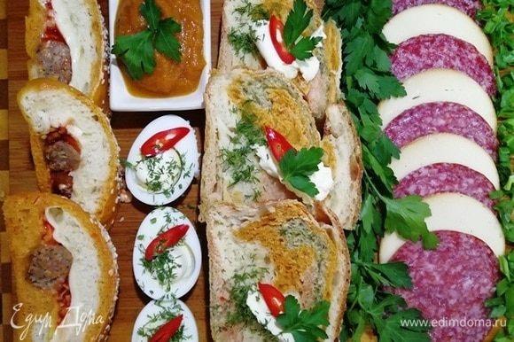 Нарезаем хлеб (размером с Рязань) и подаем, уложив сверху сливочное масло. Прекрасно к хлебу подойдут: естественно, кабачковая икра ТМ «Фрау Марта», колбаса и сыр, вареное яйцо. Да все что угодно сочетается с этим овощным хлебом. Приятного, веселого аппетита!