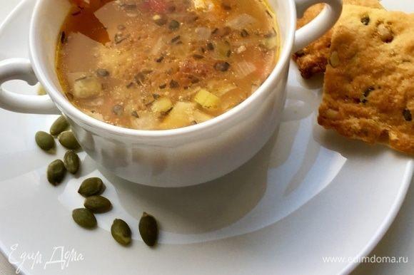Ну, а подавать уже можно! Как только супчик закипит, все овощи «познакомятся» — суп готов! Скорее разливаем по супницам, в каждую кладем креветки, сколько душе угодно, и снимаем пробу со вкуснющего и легкого супчика! После него чувствуешь себя бодрым, сытым, но не переевшим, и полным сил для второй половины дня.