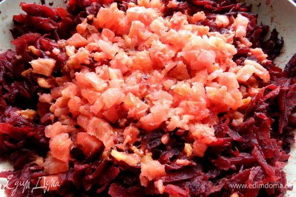 В тушеную капусту покрошить томаты без кожицы или томаты из банки, или томатную пасту.