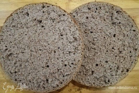 Разрезаем бисквит на 2 части.