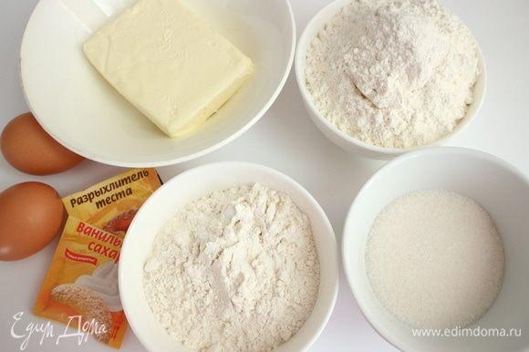 Приготовить все необходимое для теста. У меня здесь хлебопекарная пшеничная мука (245 г) и мука из мягких сортов пшеницы типа 00 (130 г).