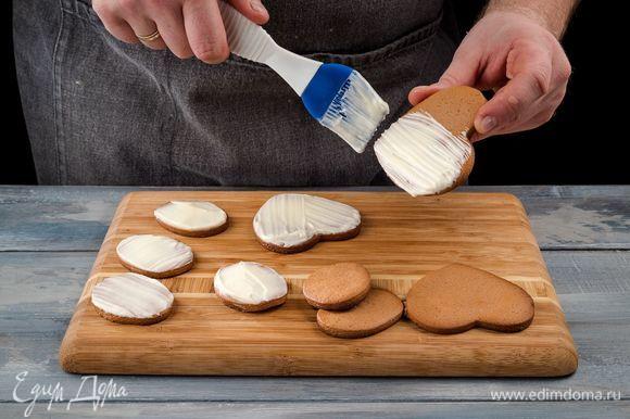 Покройте глазурью пряники и уберите в холодильник до полного застывания.