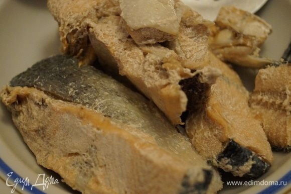 Рыбу залить водой, поставить мультиварку-скороварку на 30 минут. Когда время варки закончится, отключить от питания, подождать, пока давление спадет, можно аккуратно открывать крышку. Мясо сварилось, вытащить, остудить, обобрать от костей и шкурки, разделить на кусочки. Бульон процедить. Если не хватит бульона, долейте кипятком. Посолите.