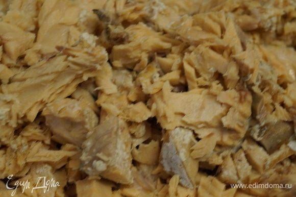 В процеженный бульон заложить разобранное мясо кеты, нарезанные овощи (картофель (кубиками), морковь (соломка), лук (мелко)), специи, соль, рубленую зелень, вермишели пару горстей. Закрыть крышку, поставить таймер на 30 минут и варить уху до окончания времени.