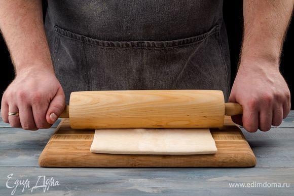 Раскатайте тесто до толщины 4 мм. Разрежьте острым ножом на 6–8 треугольников.