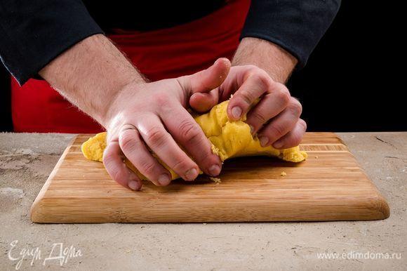 Всыпьте оставшуюся муку и замесите тесто руками, пока оно не станет плотным и эластичным. Заверните тесто в пищевую пленку и поставьте на полчаса в холодильник.