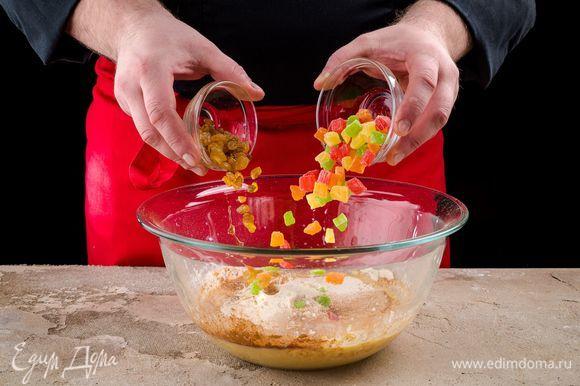 Хорошо вымесите тесто, частями добавляя в него муку, цукаты и изюм. Оно должно получиться мягким, нежным и не липнущим к рукам. Накройте тесто салфеткой и оставьте подниматься. Оно должно увеличиться в 2–3 раза.