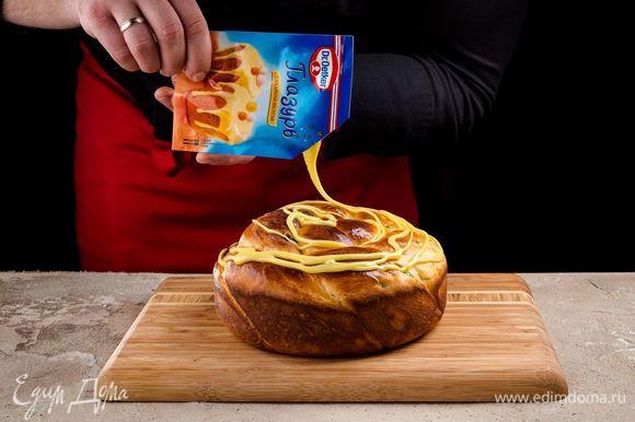 Срежьте уголок и покройте глазурью остывший пирог.
