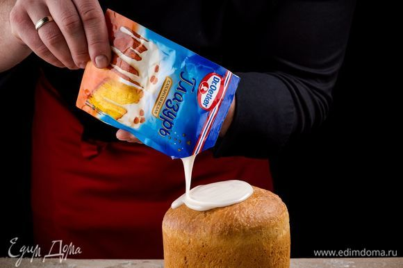 Срежьте уголок пакетика и покройте глазурью выпечку.
