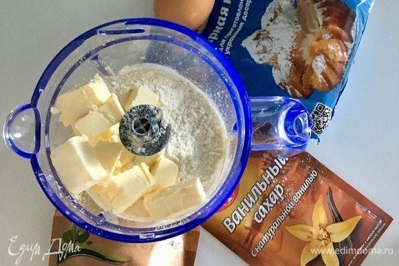 Теперь к ореховой муке из грецкого ореха добавляем муку пшеничную, ванильный сахар, щепотку соли и холодное сливочное масло, порезанное кубиками.