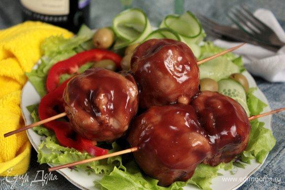 Шарики из свинины под винным соусом готовы! Подавать с нарезкой из свежих овощей.