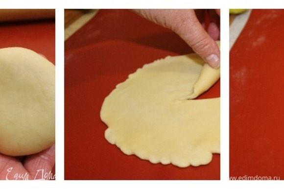 Раскатайте каждую заготовку в тонкий блинчик, разрежьте от центра полученный круг и сворачивайте тесто в рулон.