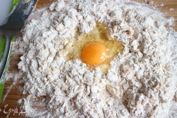 Еще одно куриное яйцо, затем два перепелиных яйца.