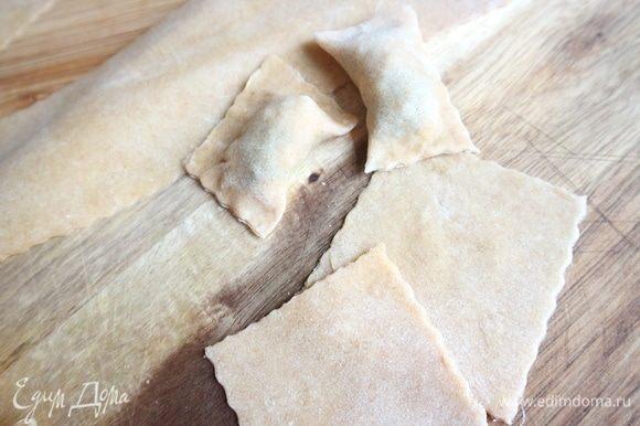Смазать края яичным белком, запечатать пасту.