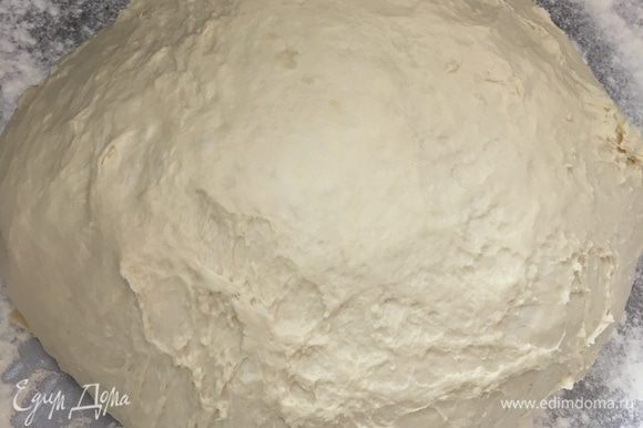 Тесто после 20 мин. подошло и готово к работе. Посыпать рабочую поверхность мукой. Из теста сформировать шар и выложить на рабочую поверхность.