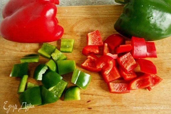 Сладкий красный и зелёный перец нарезать кусочками среднего размера и положить в сотейник за 20 минут до окончания готовки, а за 10 минут добавить фасоль, соль и черный перец, аккуратно перемешать. Если жидкости оказалось слишком много, соус можно загустить мукой. В сухой сковороде обжарить 2 ст. л. муки, добавить жидкость из сотейника, интенсивно размешать и перелить к мясу.
