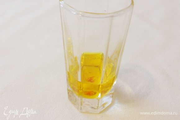 Для шафрановой настойки 5 волокон шафрана залить одной столовой ложкой воды и оставить на несколько часов.