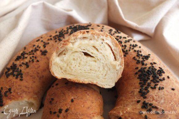 Хлеб получается мягким, пушистым, ароматным, с чудесной хрустящей корочкой! Дождаться, пока хлеб остынет, просто невозможно, хотя и в остывшем виде хлеб очень вкусный.