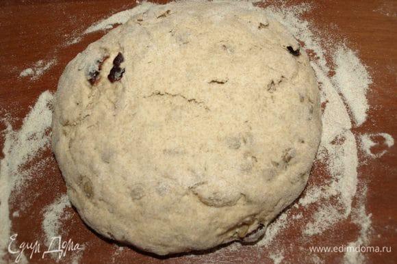 Оставляем подойти на 15–20 минут. Подошедший хлеб перекладываем на противень, застеленный пекарской бумагой.