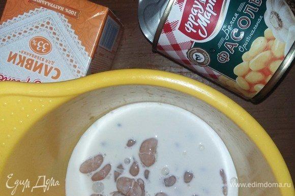 Для мусса из фасоли смешиваем фасоль и сливки и пробиваем блендером до однородного состояния.