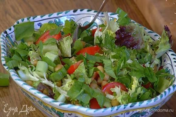 Салатный микс выложить на тарелку, сверху разложить помидоры, нут, огурцы, щавель, сбрызнуть все оливковым маслом и перемешать.