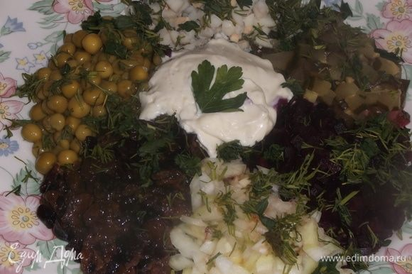 Свеклу, огурец, чернослив распаренный (100 г), яйцо нарезать. Добавить зеленый горошек, лук (можно без него), соль и зелень.