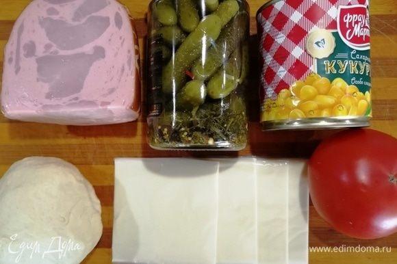 Подготовим необходимые ингредиенты. Кукурузу ТМ «Фрау Марта», качественную ветчину, маринованные огурчики, помидор и плавленый сыр. Любое дрожжевое тесто (у меня осталось от приготовления булочек).
