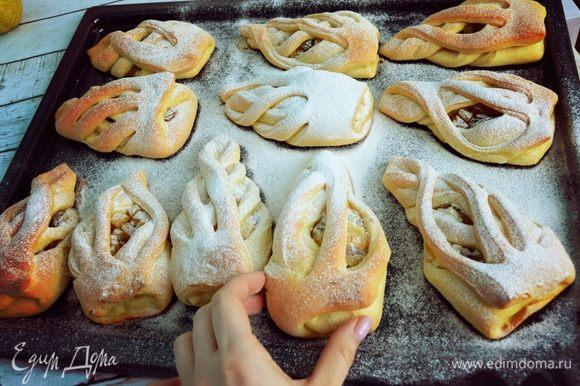Остывшие булочки посыпаем сахарной пудрой.