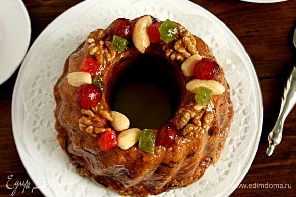 Верх пирога украсить орехами, вишней, цукатами. Через ситечко посыпать сахарной пудрой, но это по желанию.