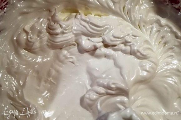 Сахарную пудру смешаем с крахмалом и ванилином. По одной столовой ложке добавляем сахарную смесь к белкам, непрерывно взбивая безе.В конце добавляем яблочный уксус и взбиваем смесь 3 минуты до глянца.