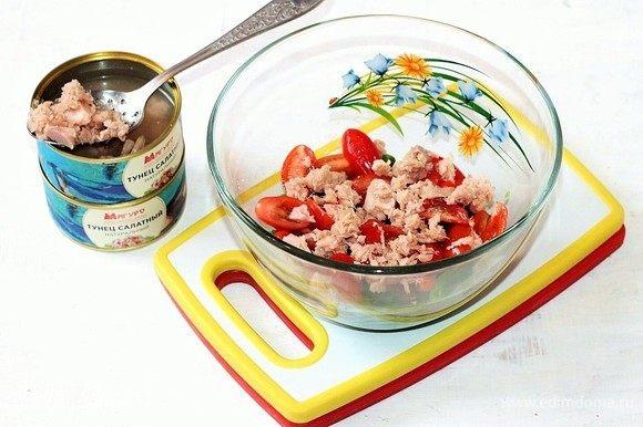 Выложите из баночки консервированного тунца ТМ «Магуро» без сока.