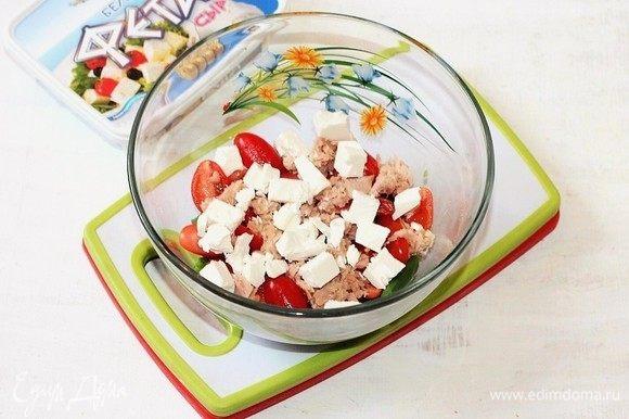 Добавьте в миску сыр фета, нарезанный кубиками.