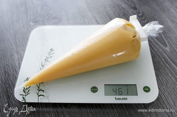 Взвесим и запишем вес, чтобы разделить его потом на 4 ровные части. Уберем в холодильник. Достанем за 1 час до сборки торта.