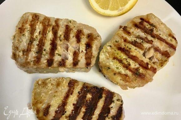 Как только стейки поджарены с двух сторон, снимаем со сковороды.