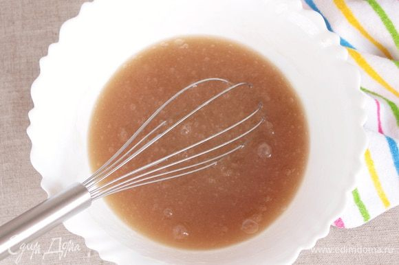 В кисель добавить сахар тростниковый (4 ст. л.) и масло оливковое, или любое растительное (4 ст. л.), взбить миксером или венчиком до однородной консистенции, чтобы не было кисельных сгустков. Иногда сгустки получаются крепковатые, поэтому лучше воспользоваться миксером или даже погружным блендером.