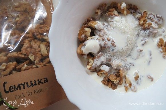 Готовим сливочно-ореховую начинку. Грецкие орехи ТМ «Семушка» и сахар растереть со сливками, добавить белок, взбить блендером.