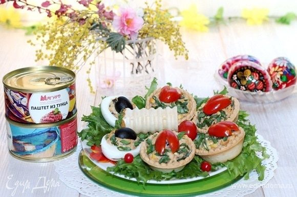 Паштетную массу можно намазывать на кусочки хлеба или гренки, сверху украсив ломтиками свежих овощей, зеленью, орехами и семечками. Приятного аппетита!