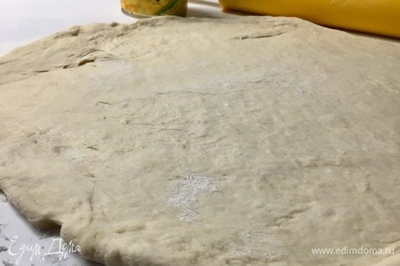 Раскатать тесто в круг по диаметру формы ( у меня d — 33 см) и толщиной примерно 0,5 см.
